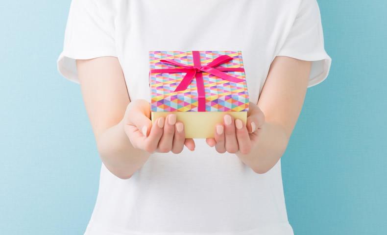 プレゼントを渡す様子