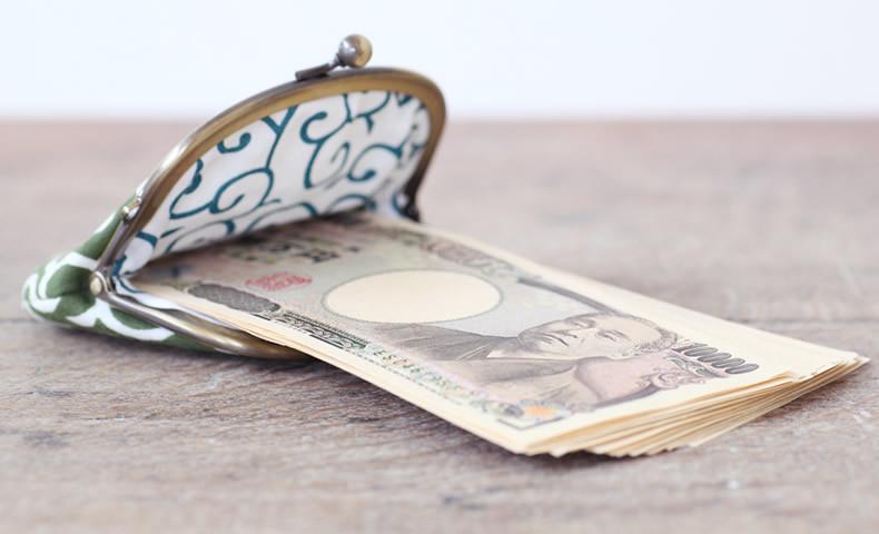 お金が飛び出たがま口財布
