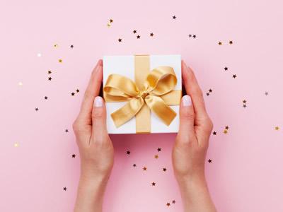 金のリボンがついたプレゼント箱