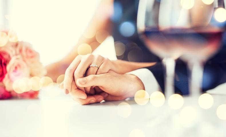 手を結ぶカップル