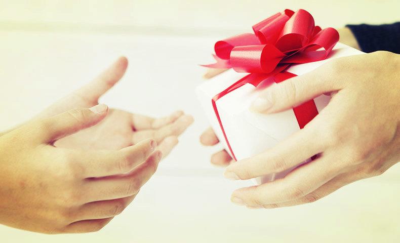 プレゼントを手渡す