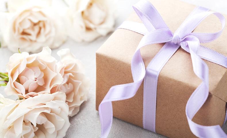 プレゼントボックスと白い花