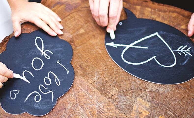黒板にメッセージを書く様子