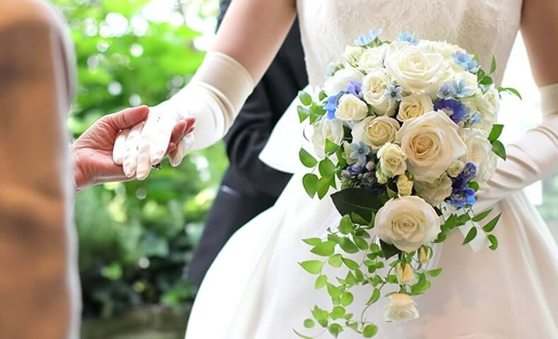 結婚式の準備をする花嫁