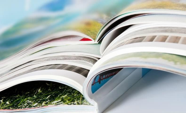 積み重なる雑誌