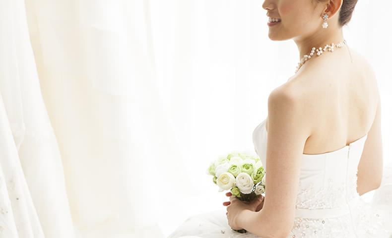 ウエディングドレス姿の女性