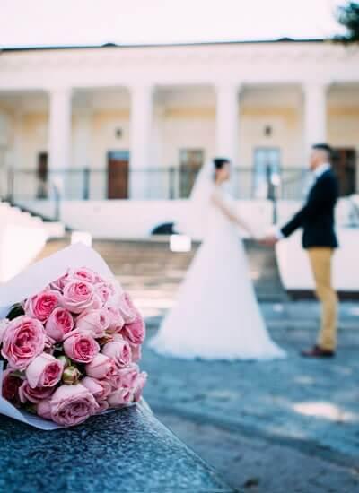結婚式場へ向かう新郎新婦