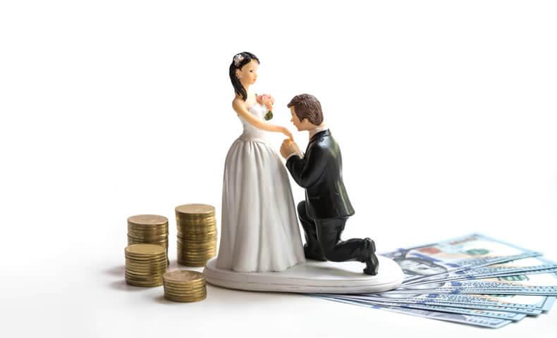 新郎新婦の人形とお金
