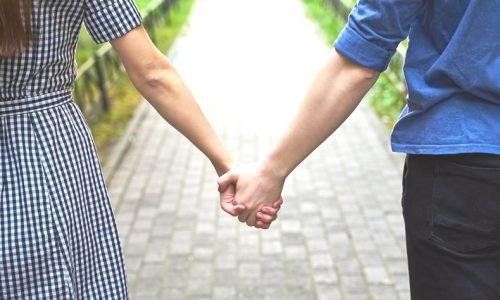 手を繋いで歩くカップル