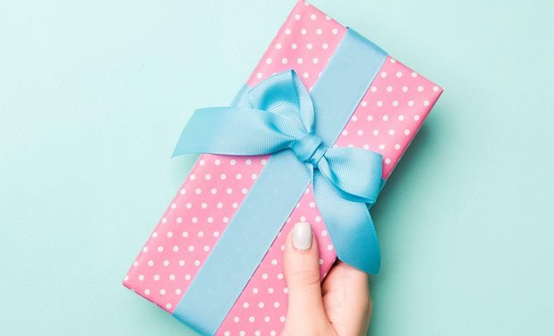 青いリボンのブレゼント箱