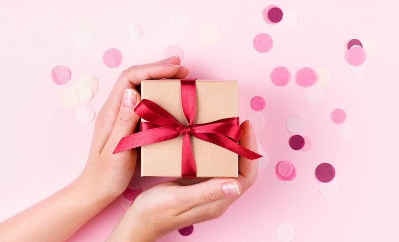 赤いリボンのプレゼントボックス