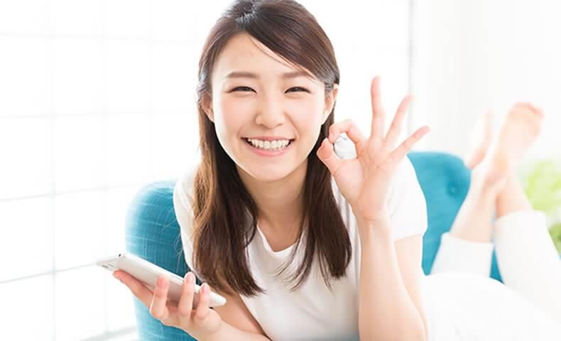 笑顔でOKサインを出す女性