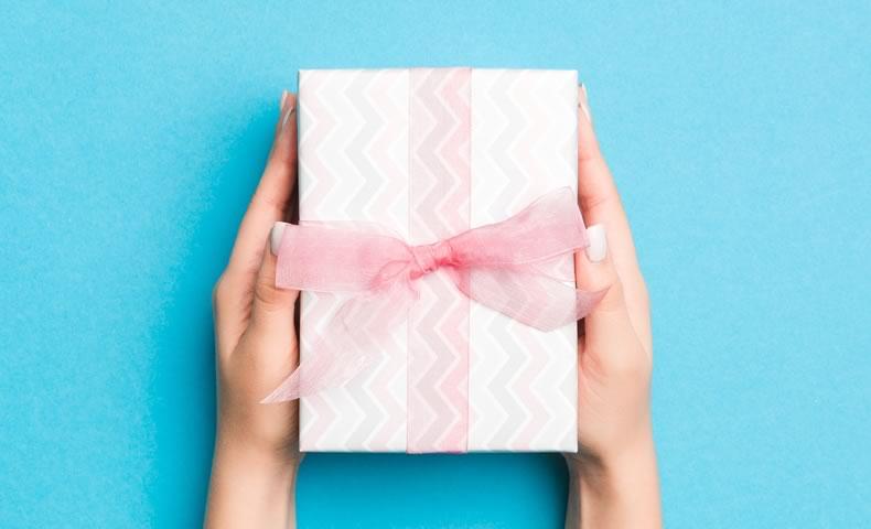 ピンクのリボンが付いたプレゼントボックス