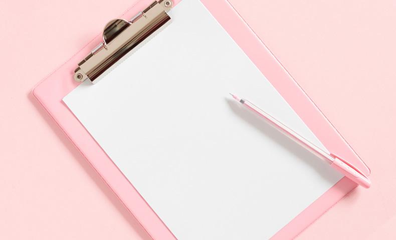 ピンクのバインダーとペン
