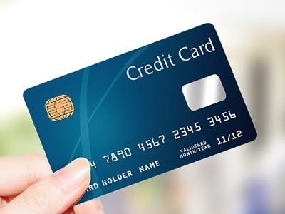 クレジットカードを持つ様子