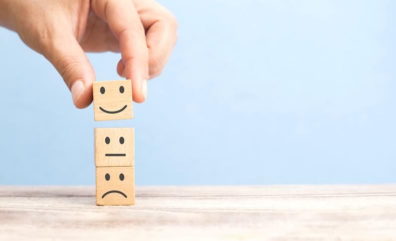 笑顔のブロックを選ぶ様子