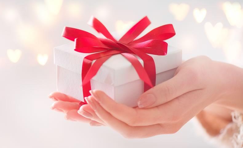 赤いリボンのプレゼント箱を持つ様子