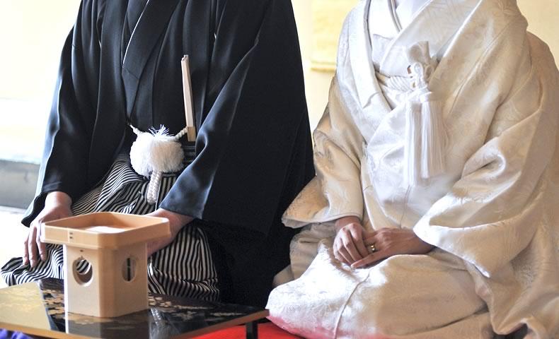白無垢と袴を着た新郎新婦