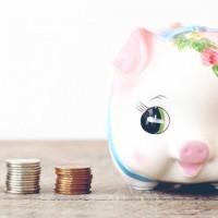 ブタの貯金箱とコイン