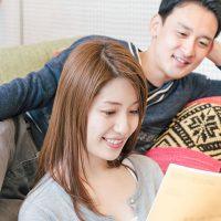 雑誌を読むカップル