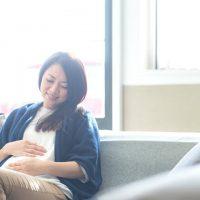 ソファに座る妊婦さん