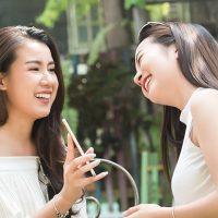スマホを見て笑う二人の女性